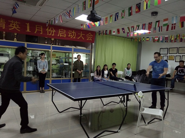 深圳手板厂与客户打乒乓球